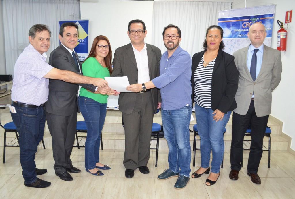 Comissão entrega documento sobre ISS para Câmara de Foz do Iguaçu