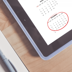 Tablet com um calendário na tela com marcação no mes de dezembro