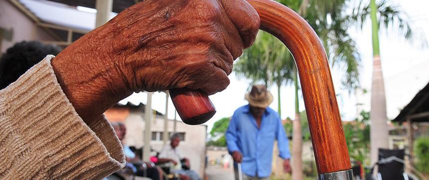 Projeto propõe desconto no IR pra quem fizer pagamentos a asilos de idosos